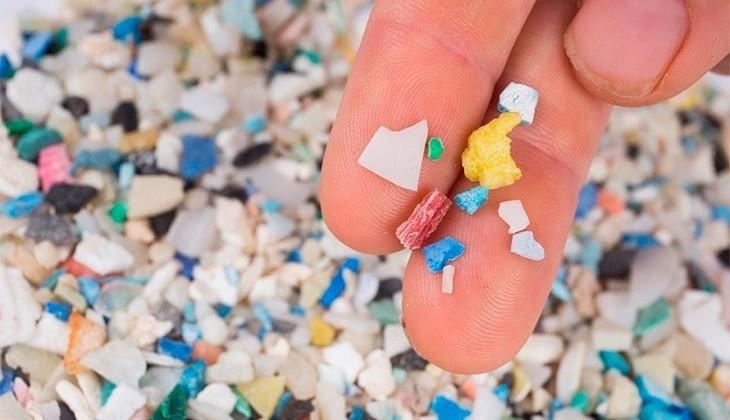 Itsasoko  plastiko  eta  mikroplastikoen  hitzaldia  ordu  laurden  atzeratuko  da  erailketa  matxistaren  aurkako  kontzentrazioa  bukatu  arte